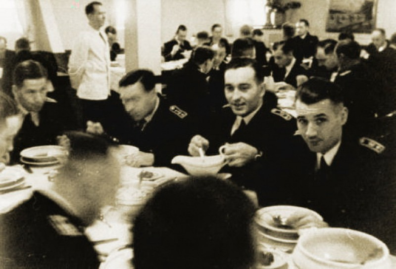 kriegsmarine officer's at dinner - white china